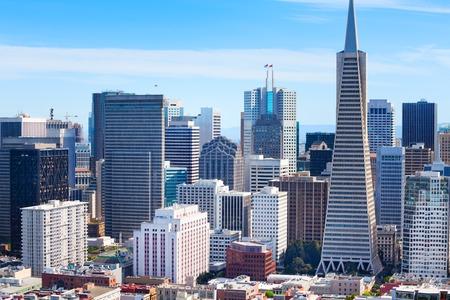 サンフランシスコのダウンタウンの高層ビルと丘からの家の一般的なパノラマ 写真素材