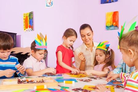 maestra preescolar: trabajo para los maestros con los niños en clase de preescolar arte les ayuda a la imagen de papel y cartón para pegar