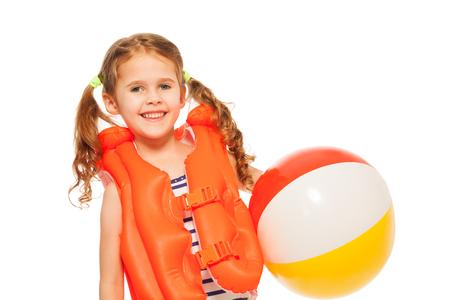 natacion: Niña sonriente en chaleco salvavidas de color naranja con la pelota de viento aislado en blanco