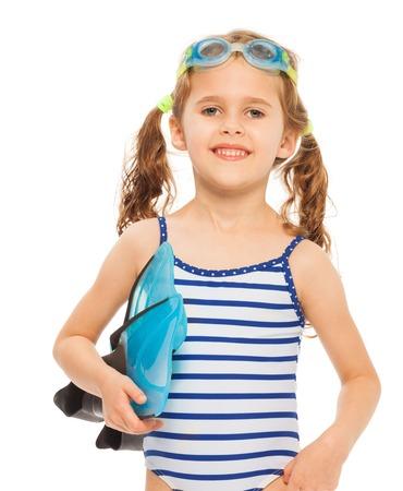 traje de baño: Un pequeño nadador sonriente de pie con aletas y gafas aislados en blanco