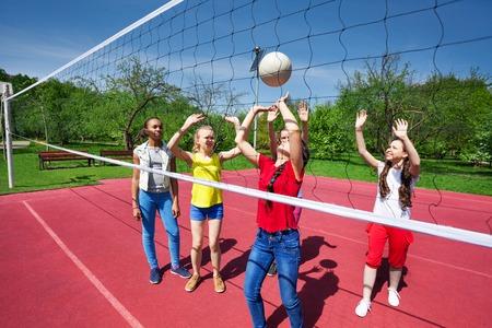 niños negros: Los adolescentes que juegan durante partido de voleibol en el patio durante el día soleado de verano Foto de archivo