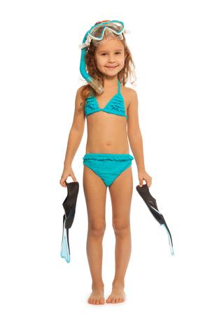 natacion niños: nadador linda en traje de baño azul con las aletas, snorkel y máscara del salto de longitud de relleno de pie