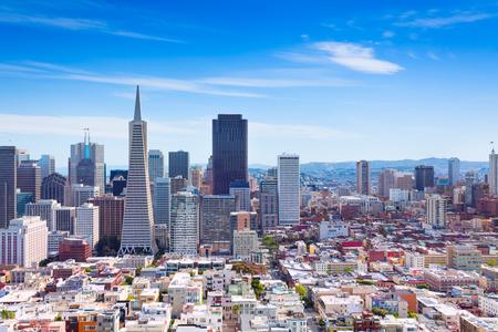 サンフランシスコ ダウンタウンの高層ビルや他の丘の上の家の一般的なビュー、カリフォルニア州アメリカ合衆国