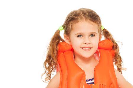 traje de bano: Retrato de la ni�a sonriente en el chaleco salvavidas de color naranja aislado en blanco Foto de archivo