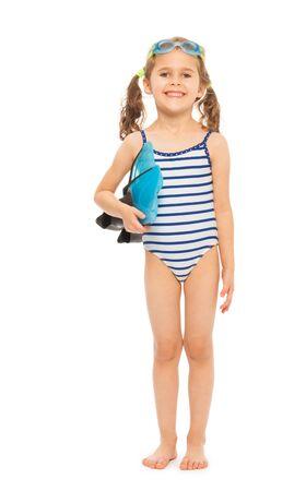 Kleiner Schwimmer in gestrippt Badebekleidung in voller Länge mit Flossen und Brille stehend