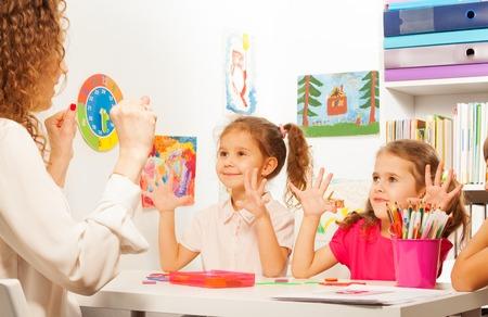 2 つの生徒、美しい女子学生たちは先生は教室では、指のエクササイズ