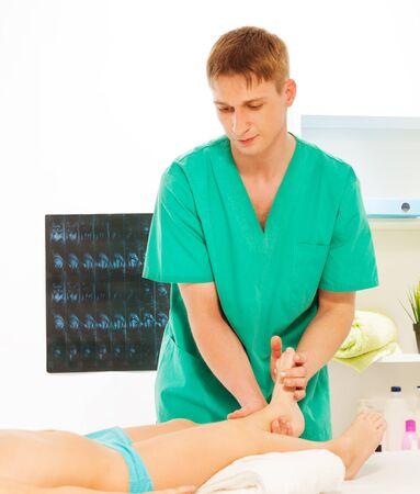 piedi Giovane massaggio fisiatra massaggio del ragazzo presso il gabinetto leggero massaggio