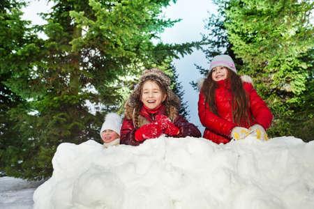 palle di neve: Albero caucasica ridere ragazze che giocano a palle di neve in giornata invernale di sole