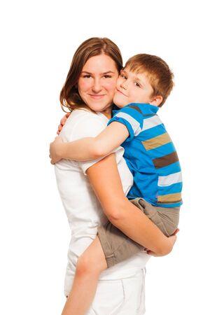 madre e figlio: Felice madre azienda e abbracciare il figlio bambino, isolato su sfondo bianco