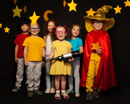 여섯 소년과 여자 손수 스타와 검은 배경에 대해보고 몽상가 의상에서 그룹