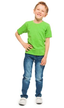 Full-length portret van gelukkig blonde jongen in het groen t-shirt en jeans, geïsoleerd op wit