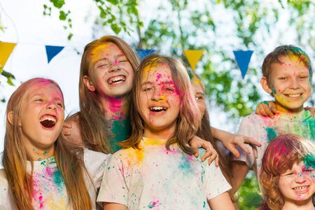 jovenes felices: Portrait of happy kids, age-diverse boys and girls, smeared with colored powder