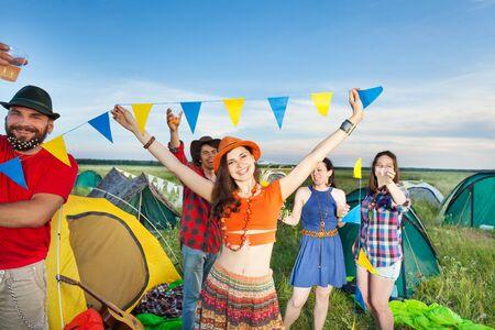 楽しんで、ダンス、晴れた日でキャンプ場祭で飲んで 4 人の友人の会社