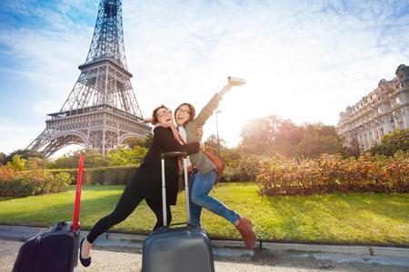 Twee gelukkige vrienden, vrouwelijke toeristen, ontmoeting in Parijs in de buurt van de Eiffeltoren Stockfoto