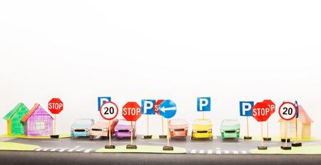 Jouer ensemble de panneaux de signalisation et des modèles de voitures en papier Banque d'images
