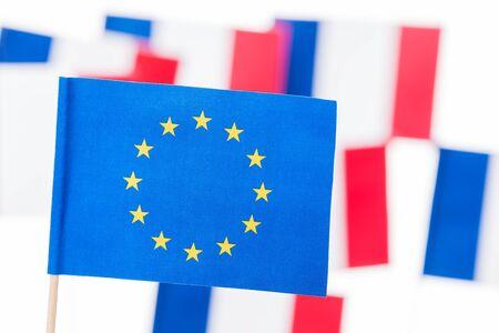vlag van de Europese Unie met een paal tegen de Franse vlaggen Stockfoto