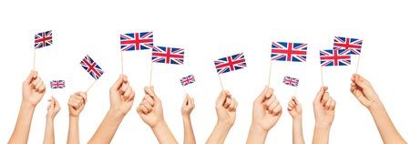 Handen die vlaggen van Groot-Brittannië houden en opheffen