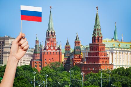 Russische vlag en stadsbeeld van Moskou op achtergrond