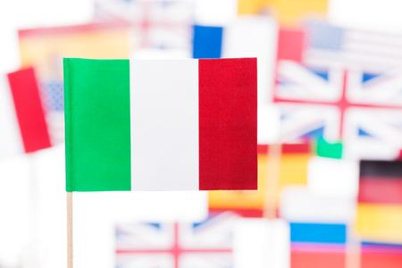 欧州連合のメンバーのフラグに対してイタリア国旗