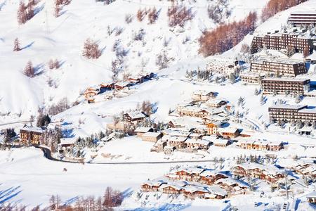 Mooi uitzicht op besneeuwde Sestrière dorp van bovenaf, Piemonte, Italië Stockfoto