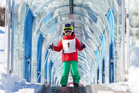 스키 리프트를 사용하여 아치 밑의 오르막으로가는 소년