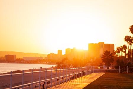 Mooie zonsondergang over stadshorizon van Long Beach Stockfoto