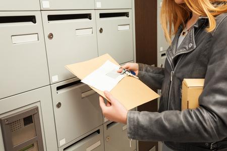 Womans handen houden blanco enveloppen en doos