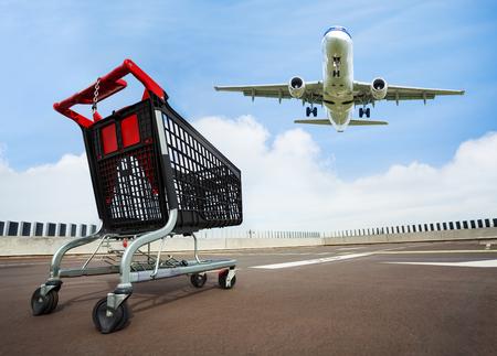 Winkelwagentje op het dak parkeren met vliegtuig op de achtergrond