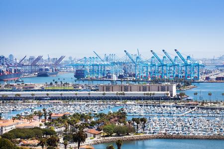 Long Beach-jachthaven en verschepende haven bij zonnige dag