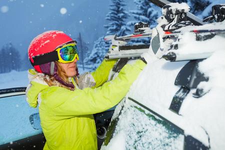 Portrait de garcon aux skis aux barres des toits de voitures