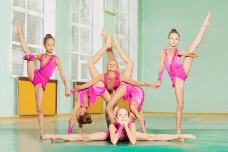 Six gymnastes en pose acrobatique ensemble ensemble Banque d'images