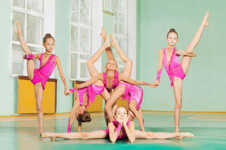 Zes gymnast in acrobatische vorm samen training
