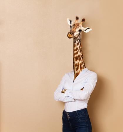 Giraf hoofd vrouw gekleed in kantoor stijl