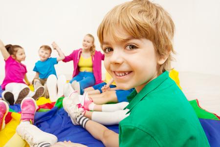 Portrait de garçon mignon jouant à des jeux avec des amis Banque d'images - 80020050