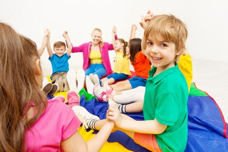 Souriant garçon jouant à des jeux de cercle avec des amis Banque d'images - 81354878