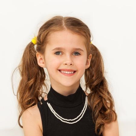 幸せな 7 歳の少女カメラに笑顔