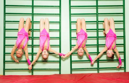 若い選手から逆さ吊り壁バー 写真素材