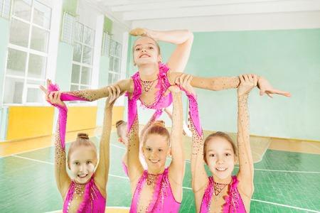 Gelukkige meisjes die routine in ritmische gymnastiek doen Stockfoto