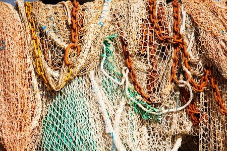 漁網とアンカー チェーンの天日干しのヒープ