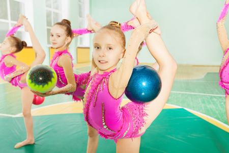女の子がボールを持つ新体操要素
