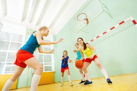 Portret van tiener basketballers in actie Stockfoto - 81972954