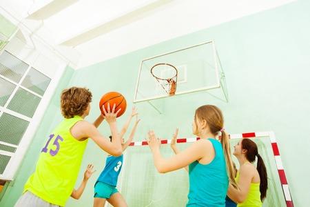少年に対する防御の女の子のバスケット ボールの試合
