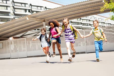 작은 아이의 그룹은 함께 학교 근처를 달린다. 스톡 콘텐츠