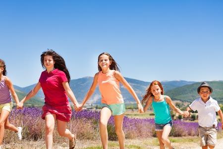 playmates: Niños emocionados corriendo juntos en Provenza