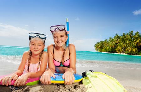 열대 섬 해변에서 두 아름다운 친구