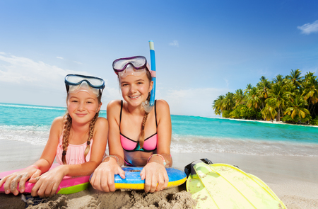 Twee mooie vrienden op tropisch eiland strand