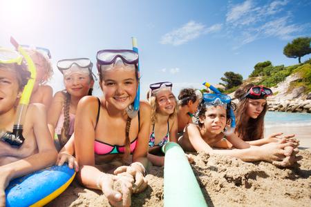 Veel vrienden hebben samen plezier op het strand Stockfoto