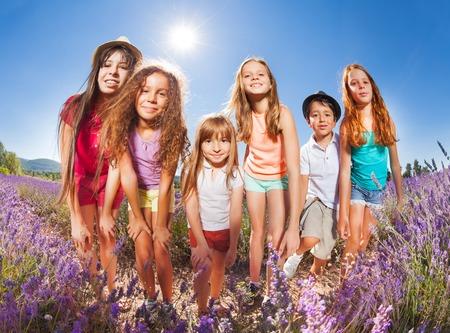 Niños disfrutando de pie de verano en el campo de lavanda Foto de archivo - 87407743