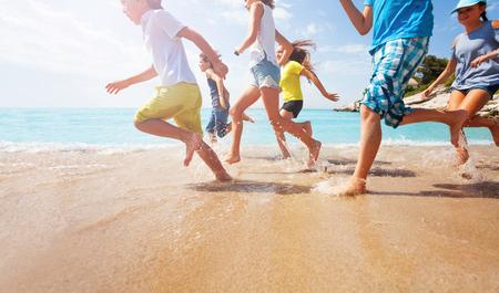 얕은 바다 물에서 실행중인 애들 다리의 근접