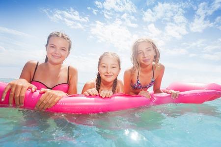 海でピンク matrass 泳ぐ女の子のグループ 写真素材